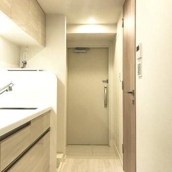 清潔感のある廊下へと続きます※写真は3階の同間取り別部屋のものです