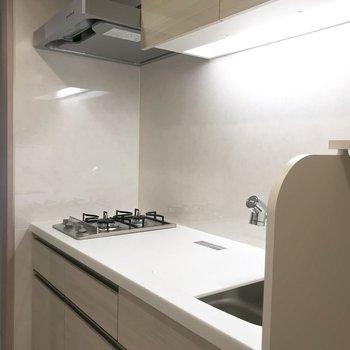 作業スペース拡張できる台が付属しています※写真は3階の同間取り別部屋のものです