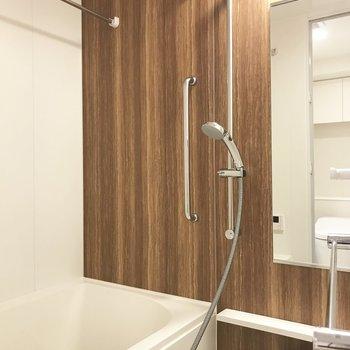 浴室乾燥機やタオルハンガーつきの浴室※写真は3階の同間取り別部屋のものです