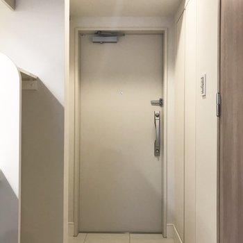 白で統一されていてすっきり※写真は3階の同間取り別部屋のものです