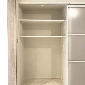収納棚はすべて高さを変えることができます※写真は3階の同間取り別部屋のものです