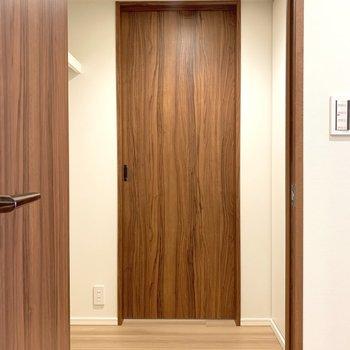 【4.6帖】扉を開けるとウォークインクローゼット!その奥がお部屋です