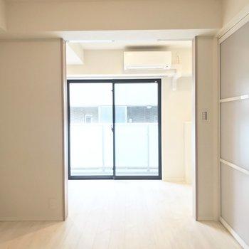 窓からは部屋一面に光が入ります※写真は前回募集時のものです