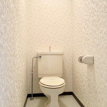 トイレもちゃんと個室。ウォシュレットはないけど、きれいな壁紙です。