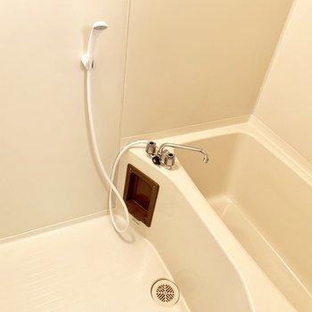 とってもシンプルなお風呂。ブラウンのアクセント。