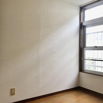 【洋室4.5帖】2つの窓で換気いしやすいですよ。