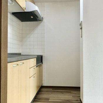 右奥に冷蔵庫を置けます。