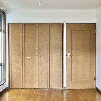 【洋室6帖】小窓付きで換気しやすいですよ。
