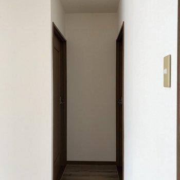 左が6帖洋室、右が4.5帖洋室です。