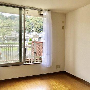 【洋室6帖】窓際にベッドを置きたいですね。