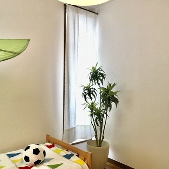 【洋室①】2つ窓がついているので換気しやすいですよ。