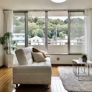 【LDK】大きな窓がお出迎え。 ※家具はサンプルです