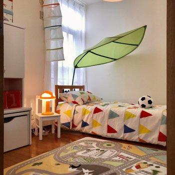 【洋室①】小窓側にベッドを置きたいですね。
