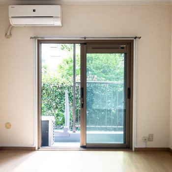 【洋室①】約5.6帖の洋室。懐かしさと温もりを感じる空間。