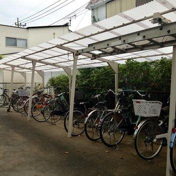 駐車スペースには屋根があります。