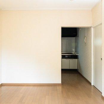 【洋室①】木製の家具が合いそうだなぁ。