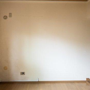 【洋室②】ここにはテレビも置けそうだ。