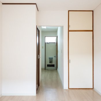 お部屋から玄関が見えます。