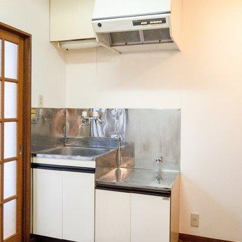 キッチン横には冷蔵庫が置けます。
