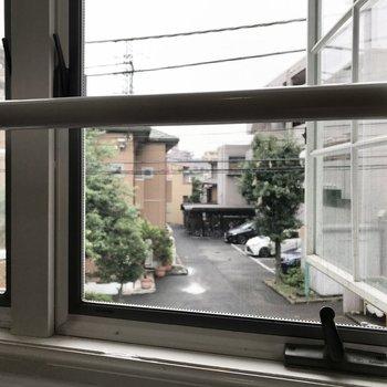 滑り出し窓となってます。
