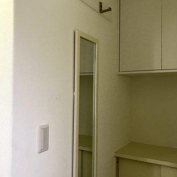 玄関にも鏡とフックが。