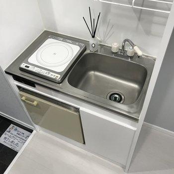 IHコンロに下に小さな冷蔵庫が付いてます。
