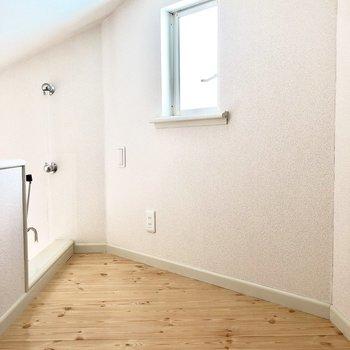ロフトはこんな感じ。窓もあってコンセントや電気のスイッチもあります。