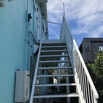 2階までは階段を登って。