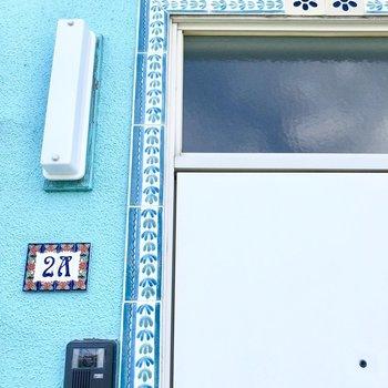 ドアの縁取りや表札が可愛いんです。