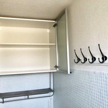 上には扉付きの棚があります。玄関横にはコート掛けもありますよ。