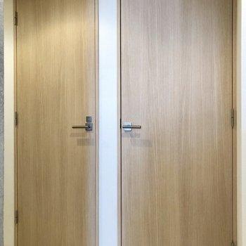 廊下にある2つのドア。右は洋室2へ、左は…