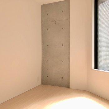 【洋室2】ちらっと見せるコンクリートがいいですね
