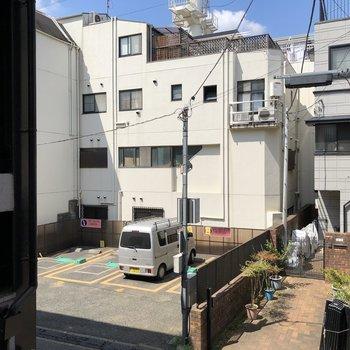【洋室2】窓から覗くとマンションが見えます