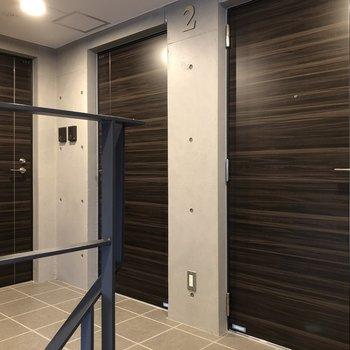 お部屋は階段を上がって左前のドアから