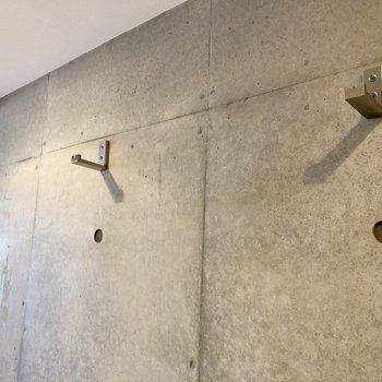 壁にはフックが隠れています