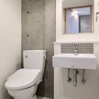トイレと洗面台があります。ここにもコンクリートがちらり
