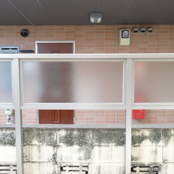 隣の建物と近いけど、目の前にはちゃんと目隠し。気になる洗濯物は室内干しで。