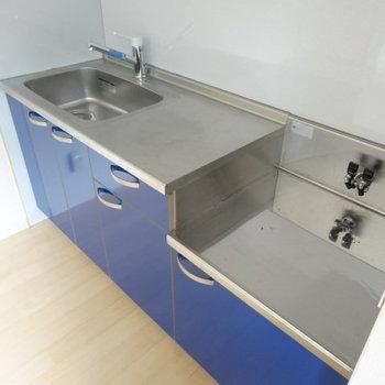 鮮やかなブルーのキッチンが素敵!シンクも作業スペースも広々◎
