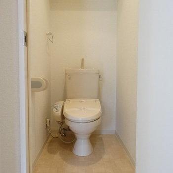 トイレはウォシュレット付き。上の棚も嬉しい♪