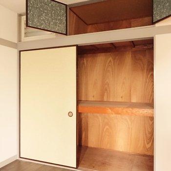 【洋室】収納は押し入れタイプです。突っ張り棒でクローゼットとして使ってもいいかも。