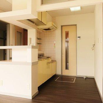 【LDK】こちらがキッチンとなっています。脱衣所につながっています。