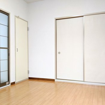 【洋室】右はダイニング、左は和室