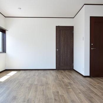 【2階・洋室④】バルコニーにつながる13帖の洋室