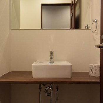 【2階】トイレと一緒の空間にシンプルな洗面台も