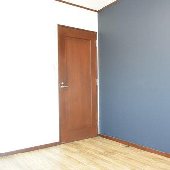 【2階・洋室②】こちらはネイビーのクロスの約6帖の洋室