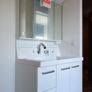 【1階】大きな鏡が使いやすそうな洗面台
