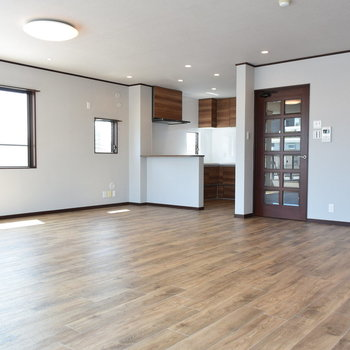 【1階リビング】どんな家具だって置けちゃいますね