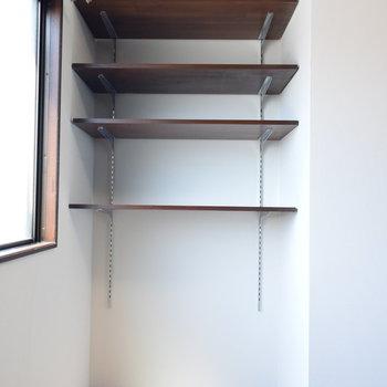 【2階・洋室②】可動式の収納棚も
