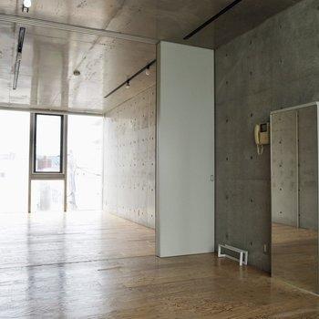 天井と壁はコンクリート打ちっ放しで無機質感満載。