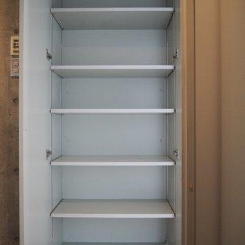 と、その前に廊下に収納棚を発見しました! ここも容量バッチリ☆
